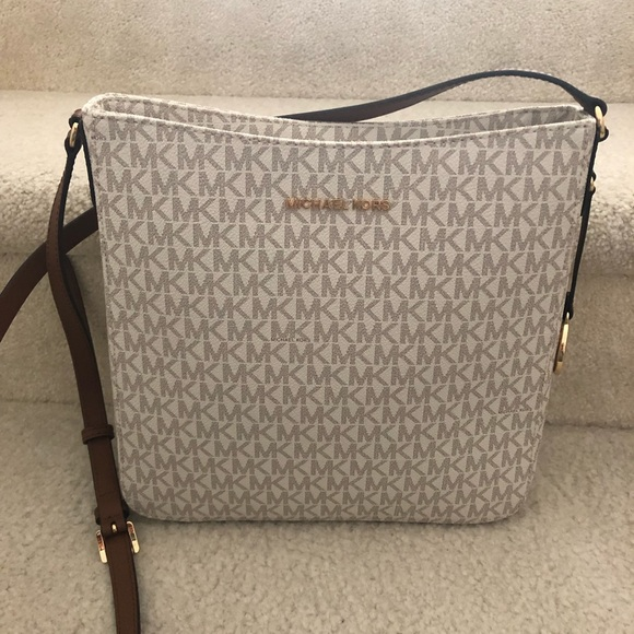 Michael Kors Handbags - NWT Michael Kors Large Messenger Crossbody